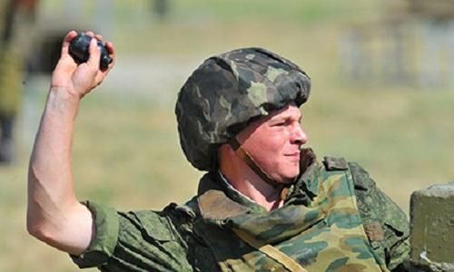 Binh sĩ Nga ném lựu đạn trong diễn tập. Ảnh. Lenta.ru.