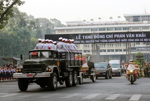 Đoàn xe đưa linh cữu nguyên Thủ tướng về an táng tại Củ Chi. Ảnh: Quỳnh Trần.