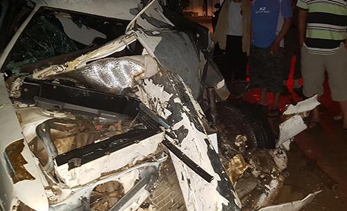 Ôtô 4 chỗ bị vò nát khi đấu đầu xe đầu kéo