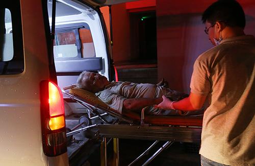 Một cụ ông bị ngạt được đưa lên xe cứu thương. Ảnh: Quỳnh Trần.