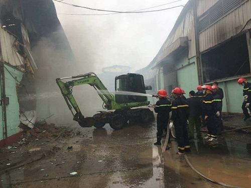 Xưởng vải ở Vĩnh Phúc cháy, lính cứu hỏa Hà Nội được huy động