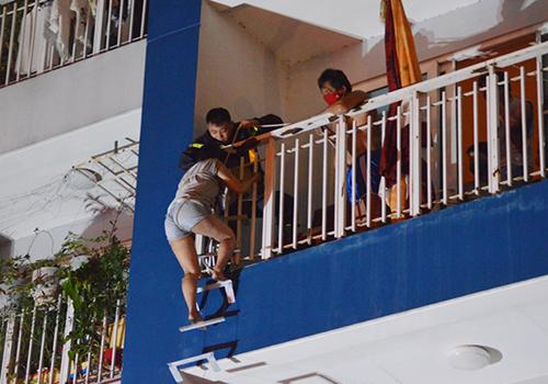 Cảnh sát giải cứu dân chung cư Carina trong trận hoả hoạn. Ảnh: Duy Trần