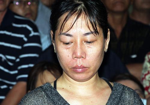 Bà Thu khóc nức nở kể về nỗi khổ của cư dân Carina. Ảnh: Mạnh Tùng.