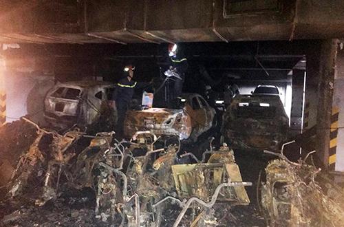 Xe cháy ở tầng hầm khiến khói đen tràn lên tầngtrên.