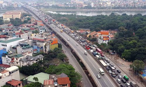 Xe bồn đâm xe Toyota Altis, đường trên cao ở Hà Nội tắc kéo dài 5 km