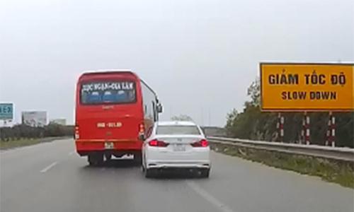 """Ôtô khách """"đánh võng"""" trước đầu xe con trên cao tốc"""