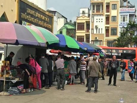 Một cửa hàng chỉ bán cho người Trung Quốc nằm cạnh chợ Vườn Đào, phường Bãi Cháy. Ảnh: Minh Cương