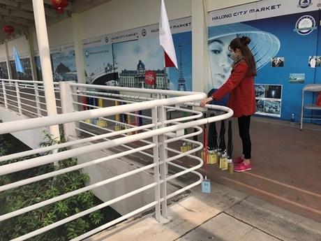 Tạitrung tâm Ha Long Marina Plaza (phường Hùng Thắng, TP Hạ Long), đoàn khách Trung Quốc được phát một chiếc thẻ để vào cửa hàng. Ảnh: Minh Cương