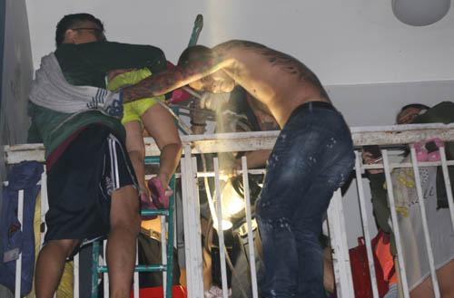 Người dân trèo ban công thoát khỏi vụ cháy chung cư Carina.Ảnh: Quỳnh Trần.