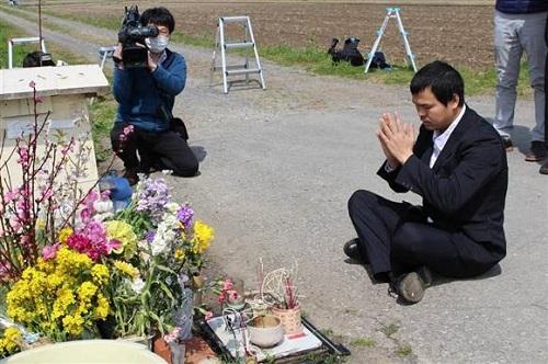 Anh Lê Anh Hào tới đặt hoa ở nơi tìm thấy bé Nhật Linh, một năm sau ngày phát hiện. Ảnh: Tbs.