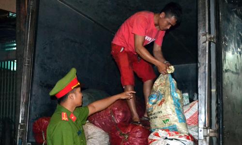 Hơn 2 tấn mỡ hôi thối tuồn vào Sài Gòn tiêu thụ
