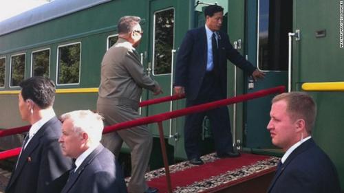 Ông Kim Jong-il bước lên tàu bọc thép tại một ga tàu ở Nga hồi tháng 8/2011. Ảnh: CNN.
