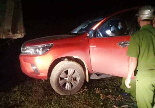 Cảnh sát truy lùng nhóm nghi can trong đêm quanh khu vực chiếc xe bị bỏ lại. Ảnh: Người dân cung cấp.