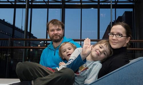 Giống nhiều gia đình khác ở Phần Lan, vợ chồng Petri và Kirsi Louhelainen chia sẻ việc nuôi dạy hai con. Ảnh: The Guardian
