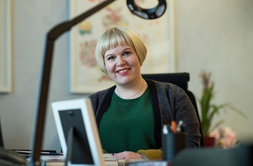 Bộ trưởng Annika Saarikko khẳng định người bố có vai trò quan trọng với sự phát triển của trẻ và chính phủ sẵn sàng đầu tư cho điều này. Ảnh: The Guardian