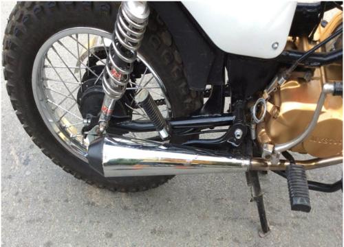 Cặp phuộc của dòng café racer cùng bộ cacte chắn sên, pô xe được thay bằng pô quả chùy cho âm thanh trầm ấm khi nổ máy. Lốp sau được thay bằng lốp 110-90-16 , với bộ niềng tương ứng cho xe cảm giác đầm chắc khi chạy.