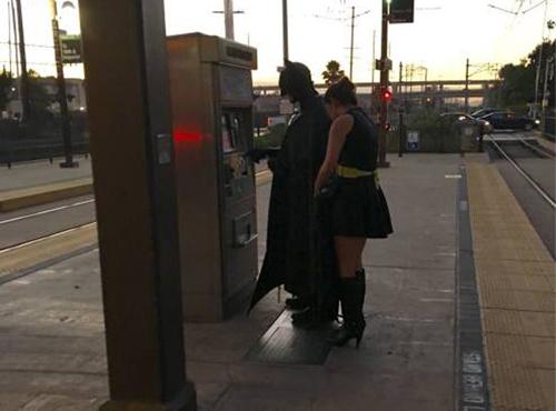 Phát hiện người dơi dẫn bạn gái đi chơi.