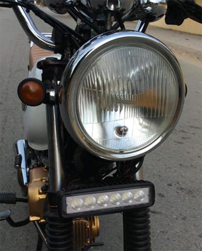 Đèn pha thay bằng chóa đèn của Suzuki với bóng Led philips, đèn trợ sáng hỗ trợ những cung đường đêm với 6 bóng led.