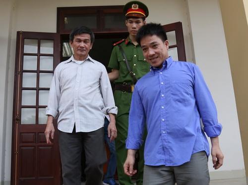 Hai bị cáo được tại ngoại sau 2 năm bị tạm giam để điều tra, xét xử. Ảnh: Phước Tuấn