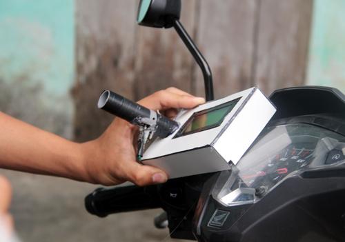 Thiết bị được gắn ở phía đầu xe, để kiểm tra nồng độ cồn thì người điều khiển phảithổi vào. Ảnh: Đắc Thành.