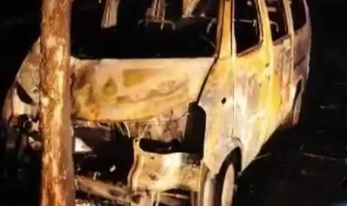 Chiếc ôtô bị cháy rụi bên gốc cây.