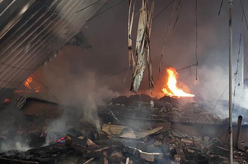 Đám cháy bùng lên từ kho hàng giữa chợ. Ảnh: Bá Đô.