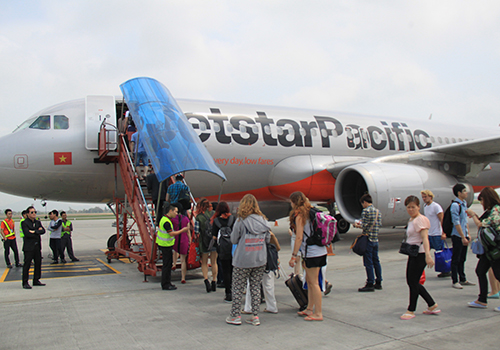 Khách đi máy bay phải chịu ảnh hưởng tăng giá dịch vụ sân bay. Ảnh minh họa: Đ.Loan