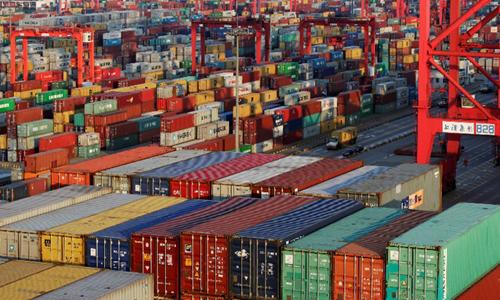 Hàng hóa được vận chuyển tại cảng ở Thượng Hải, Trung Quốc. Ảnh: Reuters.
