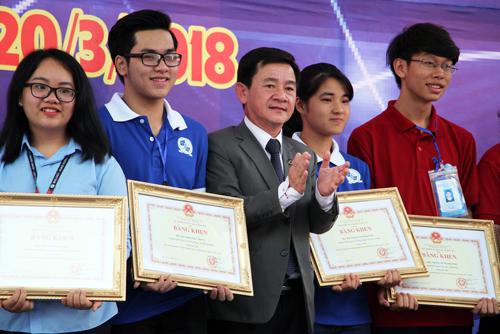 Nguyễn Hoàng Minh Khôi (thứ hai từ trái qua) và Vũ Phương Thảo (thứ tư từ trái qua) nhận giải Nhất cuộc thi khoa học kỹ thuật dành cho học sinh trung học phía Nam. Ảnh: Mạnh Tùng.