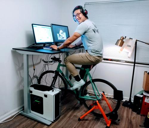 Vẫn có thể làm vô tư đạp xe khi đang làm việc.