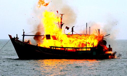 Bốn người ôm phao nhảy xuống biển khi tàu phát cháy