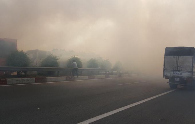 10 ôtô biến dạng sau tai nạn do khói trên cao tốc TP HCM - Long Thành