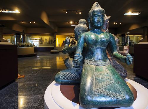 Bộ 8 tượng Phật Mật tông được tạc bằng chất liệu đồng xanh và đồng đỏ được đánh giá ngang tầm bảo vật quốc gia. Ảnh: Nguyễn Đông.