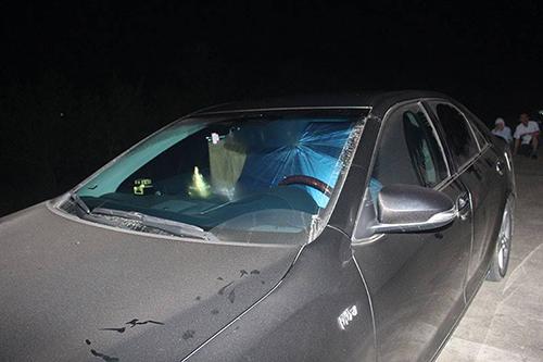 Chiếc ôtô mà vợ ông Tuấn cùng hàng xóm cố thủ bên trong. Ảnh: Đ.H