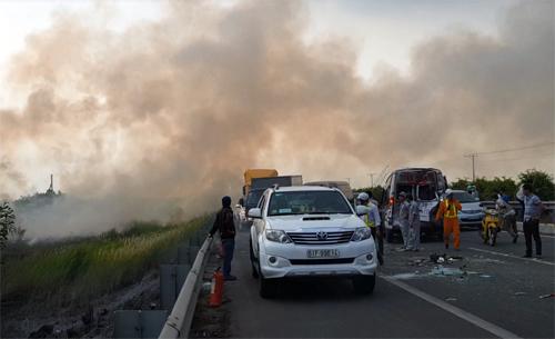 Khói trên cao tốc Long Thành từ đám cháy bên đường chiều 3/4. Ảnh: Hoàng Hải.