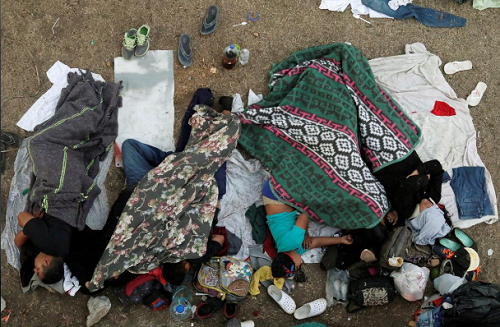 Những người trong đoàn di dân Trung Mỹ ngủ lại trên một cánh đồng ở Matias Romero hôm 4/4, trong hành trình tới Mỹ. Ảnh: Reuters.