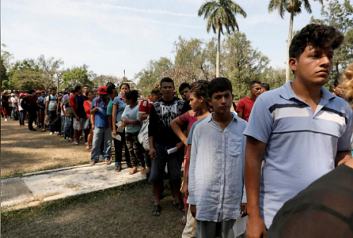 Một phần của đoàn di dân người Trung Mỹ tách ra, đi qua Mexico tiến về biên giới Mỹ, xếp hàng chờ đăng ký ở một trung tâm tạm thời của Sở di trú Mexico ở thị trấn Matias Romero hôm 4/4. Ảnh: Reuters.