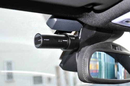 Nên ưu tiên mua camera hành trình kích thước nhỏ gọn, không ảnh hưởng đến tầm nhì. Ảnh: Blackvue