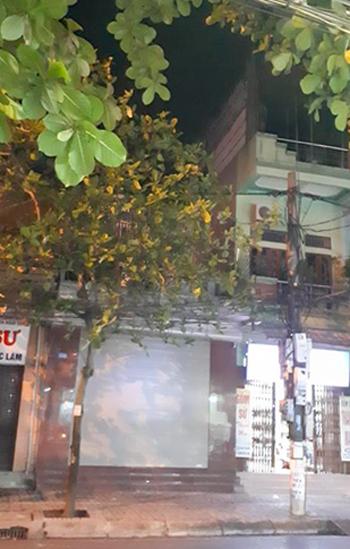 Nhà ông Vĩnh (đóng cửa cuốn) ở mặt phố Hàn Thuyên, có cửa sau thông ra một con ngõ. Ảnh: Bá Đô