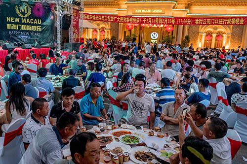 Khách du lịch Trung Quốc ăn tiệc mừng năm mới Nguyên đán tại một sòng bạc ở thành phố biểnSihanoukville, Campuchia. Ảnh: New York Times.