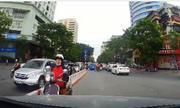 Tài xế ép người phụ nữ lùi xe máy hết đoạn ngược chiều ở Hà Nội