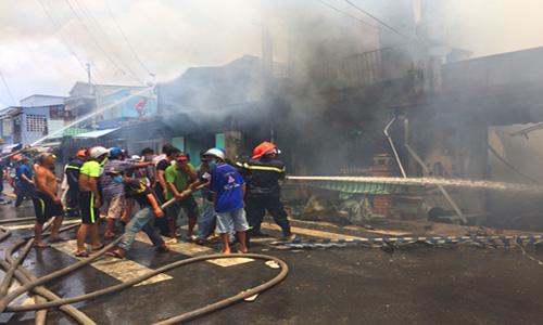 Cảnh sát khống chế đám cháy giữa trưa. Ảnh: Tiền Giang