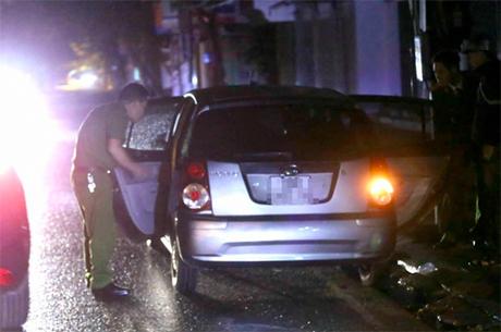 Các cảnh sát rời khỏi nhà ông Vĩnh sau 0h ngày 7/4. Ảnh: Bá Đô