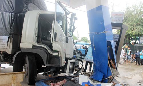 Ôtô tải húc đuôi xe khách, nhiều người trong gia đình bị thương