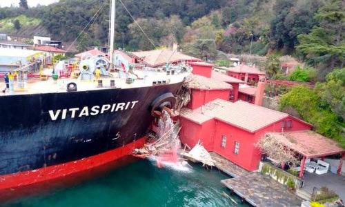 Tàu chở hàng mất lái đâm sập nhà cổ hơn 200 năm tại Thổ Nhĩ Kỳ