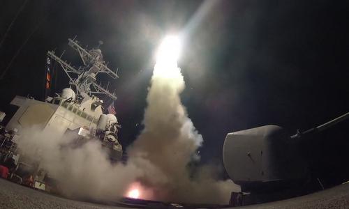 Tàu chiến Mỹ phóng tên lửa tấn công sân bay Syria hồi tháng 4/2017. Ảnh: Reuters.