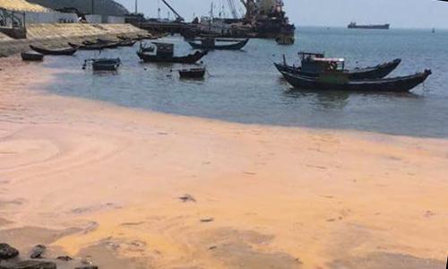 Vệt nước đỏ xuất hiện ở bờ biển Quảng Bình