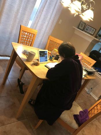 Bà của Tracy Vu học tiếng Anh.
