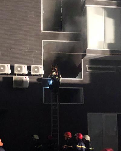 Cảnh sát đập các cửa kính tiến vào dập lửa. Ảnh: Sơn Hòa