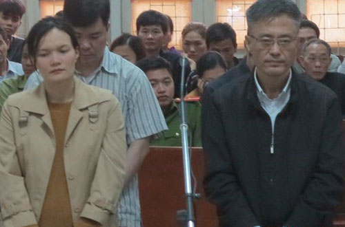 Cúc và người chồng quốc tịch Hàn Quốc tại tòa.